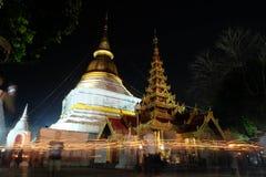 Свет от свечи осветил на ноче вокруг церков Budd Стоковые Фото