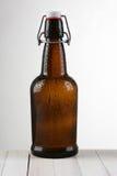 Свет пивной бутылки качания верхний к темноте Стоковое Изображение
