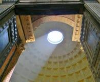 Свет повсеместно в пантеон в Риме стоковое изображение rf