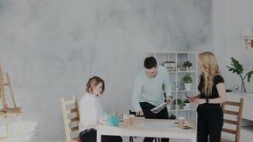 Свет покрасил творческий coworking поток операций с дневним светом Конец эффективного рабочего дня в офисе работники видеоматериал