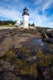 Свет пункта Marshall как увидено от скалистого побережья порта Клайда, Мейна стоковое фото rf