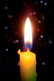 Свет пламени свечи на ноче с абстрактным круговым backgro bokeh Стоковое Изображение