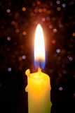 Свет пламени свечи на ноче с абстрактным круговым backgro bokeh Стоковая Фотография