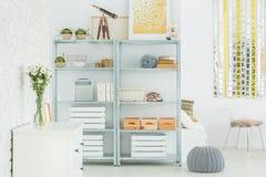 Свет плоский с bookcase стоковые изображения rf