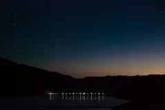 Свет рассвета заменяя небо звездной ночи в сердце каньона адов Стоковое Фото