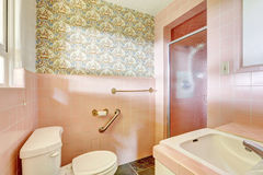 Свет - розовая ванная комната в старом доме Стоковая Фотография RF