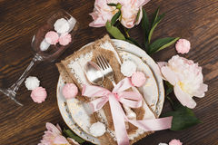 Свет - розовые пионы и tableware на деревянном столе Стоковое фото RF