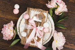 Свет - розовые пионы и tableware на деревянном столе Стоковое Изображение