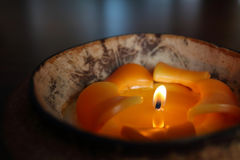 Свет свечи в раковине кокоса Стоковое Изображение