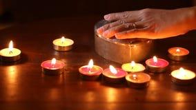 Свет свечи женщины положенный рукой вне. сток-видео