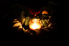 Свет свечи и венок могилы Стоковые Изображения RF