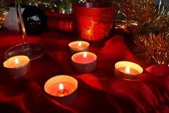 Свет свечи и настоящего момента на таблице Стоковое Фото