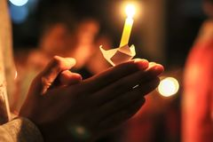 Свет свечи, поклонение стоковые фото