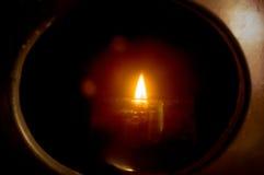 Свет свечки в темноте Стоковое Изображение RF
