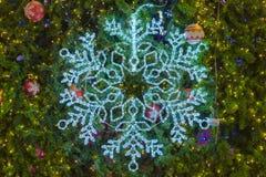 Свет снежинки и декоративный орнамент на рождественской елке Стоковая Фотография