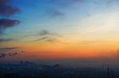 Свет солнца города силуэта восхода солнца утра зимы обрекает заход солнца неба дня строя промышленную фабрику облаков солнца Стоковое Фото