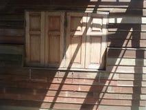 Свет Солнця на деревянных окне и стене Стоковые Фотографии RF