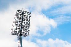 Свет стадиона силуэта и голубое небо Стоковое Изображение RF