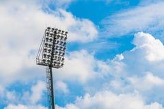 Свет стадиона силуэта и голубое небо Стоковое фото RF