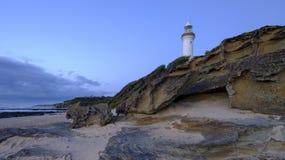 Свет утра лета золотой на маяке головы Norah, центральном побережье, NSW, Австралии стоковые фото