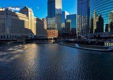 Свет утра отражает над льдом зимы на Реке Чикаго в феврале Стоковое фото RF