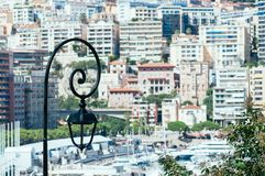 Свет фонарика утюга против дня гавани Монако солнечного стоковое изображение rf