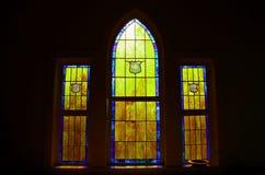 Свет через витраж церков стоковое фото
