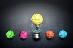 Свет-шарик-комкать-бумаг-на-классн-концепци-предпосылка Стоковое Изображение