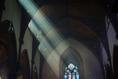 Светлые валы текут в окно церков Стоковое фото RF