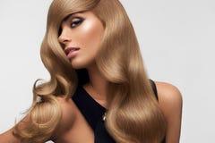светлые волосы Портрет красивой блондинкы с длинными волнистыми волосами Высокий Стоковая Фотография RF