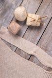 Светлые пасма пряжи с деревянными крюками Стоковые Фото