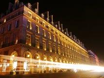 Светлые потоки на занятой дороге Парижа стоковая фотография rf
