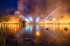 Светлые трубки на горизонте с лесным пожаром над озером Стоковая Фотография