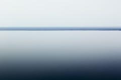 Светлый белый минималистский ландшафт с линией горизонта скопируйте космос градиент стоковое фото rf