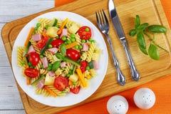Светлый здоровый итальянский салат fusilli макаронных изделий Стоковое фото RF