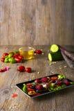 Светлый здоровый салат с фиолетовыми морковами, селективный фокус Стоковая Фотография