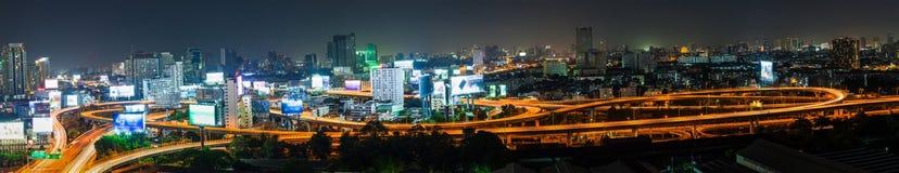 Светлый кабель автомобиля транспорта на пути дороги на ночной жизни и b Стоковые Изображения
