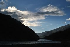 Светлый ломающ ночу - восход солнца на Sarchu, Himachal Стоковая Фотография