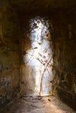 Светлый приходить от старого готического окна средневекового замка, замка Carisbrooke, Ньюпорта, острова Уайт, Англии Стоковое Изображение