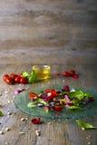 Светлый салат с фиолетовыми морковами, селективный фокус Стоковое Изображение