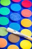 Светлый paintbrush и неиспользованная краска воды Стоковая Фотография