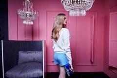 Светлых волос стороны фотомодели носка женщины вскользь c красивых сексуальная Стоковое Изображение
