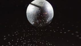 Свет discoball mirrorball диско закручивая и отражая в место клуба сток-видео