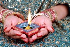 Свет Diya торжества Diwali на женской руке Стоковые Фото