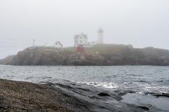 Свет Nubble - маяк Neddick накидки в тумане Стоковое фото RF