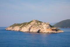 Свет Rt Ostra оконечность пункта узкого и скалистого полуострова Prevlaka, точки входа Boka Kotorska, Хорватии стоковые изображения rf
