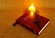 Свеча библии, перекрестных и круглых горения Стоковое Изображение RF