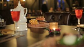 Свеча и блюдо в ресторане на таблице видеоматериал