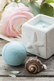 Свеча и голубая бомба ванны стоковые изображения rf