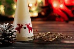 Свеча и игрушки рождества на предпосылке гирлянды освещают на bla Стоковые Изображения RF